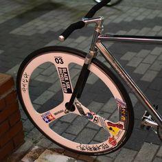 Every Kid really wants to ride Tricycles. Fixi Bike, Fixed Gear Bicycle, Bike Run, Velo Design, Bicycle Design, Road Bike Wheels, Bmx, Bici Fixed, Cycling Art