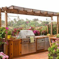jolie cuisine d'été extérieure en bois dans un cadre naturel et bucolique