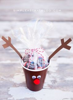 Simple Christmas Treat Cups - quick and inexpensive fun for the kids this holiday season! These cute cups are perfect for party favours, classroom treats and make an easy holiday craft! Kids Christmas Treats, Christmas Party Ideas For Teens, Christmas Party Favors, Preschool Christmas, Xmas Party, Christmas Goodies, Homemade Christmas, Diy Christmas Gifts, Simple Christmas