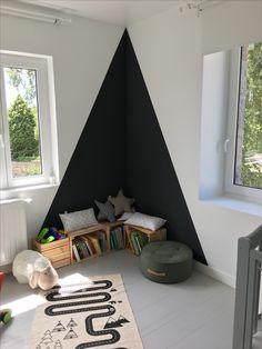 Chambre enfant, coin lecture, triangle au mur, peinture noire, passion livres, espace détente pour petits