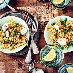 Kichererbsen-Pasta mit Spinat und Ziegenkäse | EDEKA Rezepte Tableware, Food, Low Carb, Pasta With Spinach, Noodles, Goat Cheese Pasta, Sweet Potato Burgers, Artichokes, Pasta Meals