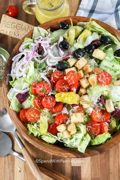 This Easy Italian salad is the freshest salad recipe ever. We love serving it alongside Italian main dishes like chicken parmesan. It's the perfect side dish! Fresh Salad Recipes, Healthy Recipes, Easy Recipes, Healthy Cooking, Lettuce Salad Recipes, Creamy Cucumber Tomato Salad, Spinach Salad, Egg Salad, Onion Salad