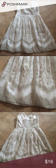 Express beachy gauzy strapless sweetheart dress XS Express beach gauzy strapless dress!  Gorgeous cream and white with pretty pattern.  Sweetheart neckline.  Absolutely beautiful.  Size 0. Express Dresses Strapless