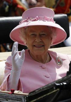 Record di regno (e di stile) per Sua Maestà - Corriere.it Die Queen, Hm The Queen, Royal Queen, Her Majesty The Queen, Save The Queen, English Royal Family, British Royal Families, Prince Charles And Diana, Prince Philip