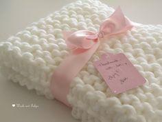 Copertina neonato bianca lavorata a maglia di Wools & Tulips su DaWanda.com