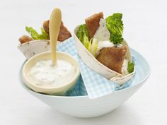 Fiskepinnewrap med urtedressing - Deilig og rask favorittrett som også passer godt i matboksen!