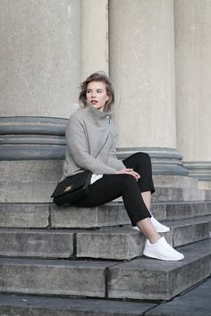 Let the shoes do the talking - Red Reiding Hood Nike Shoes Blue, Nike Shoes Outfits, Classic Work Outfits, Black Jeans Outfit, Fashion Blogger Style, Nike Tanjun, Air Max Women, Casual Winter Outfits, White Outfits