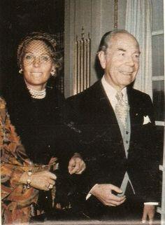 El conde Sigvard Bernadotte, hermano de Bertil, y su esposa llegan a la capilla para la boda.