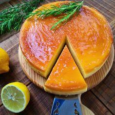 こんにちは! 一番大好きなケーキそれはチーズケーキ。 ティーンの時から焼きまくった配合をご紹介します。 チーズケーキは混ぜるだけ……だけど、 ちょこちょこコツがあります✨ ---------------------------------------------- 18㎝ 底とれ丸形 クリームチーズ 250g砂糖 100g生クリーム 200mlしっかり水切りヨーグルト100g水あめ 大1.5レモン汁 大2卵 2個薄力粉 15コーンスターチ 15 ボトム お好きなビスケット 70g バター 50g 型に塗るバターと小麦粉 アプリコットジャム(なければ薄い色のジャム ---------------…