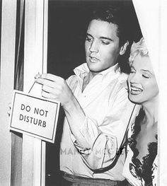 """Elvis Presley & Marilyn Monroe: """"Hach ist das lustig...die alle glauben sicher, wir haben eine Affäre...hihi, dabei färben wir uns nur gegenseitig die Haare. Unsere Fans sind ja sowas von verdorben, echt toll! Ha...ha...hihi!"""