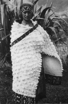 Woman wearing a cloak made from fine flax fibre, 1921 Raina Te Ture of Koroniti wearing a cloak made of either fine flax fibre, and having a broad band of taniko on the bottom (cloaks with a single broard taniko border at the bottom are called. Tribal Costume, Folk Costume, Polynesian People, Flax Weaving, Flax Fiber, Maori People, Maori Designs, London Photographer, Maori Art