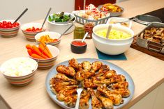 Her kan du se hvordan du nemt laver en komplet buffet til børnefødselsdag, hvor ungerne virkelig får god mad. Denne børnebuffet er med retter de fleste børn kan lide, og derfor er du sikker på, Chicken Wings, Pesto, Tapas, Shrimp, Buffet, Lunch, Buffets, Eat Lunch, Lunches