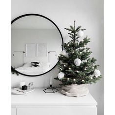 Original and modern Christmas decoration - do you know the .- Originelle und moderne Weihnachtsdekoration – kennen Sie die Trends Original and modern Christmas decoration – know the trends ✿ - Minimalist Christmas Tree, Small Christmas Trees, Noel Christmas, Scandinavian Christmas, Simple Christmas, Christmas Crafts, Black Christmas, Christmas Lights, Christmas Cookies
