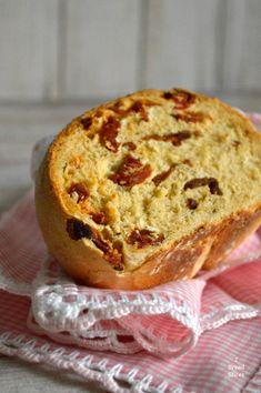 Hoy preparamos un pan diferente: Pan de Tomates Secos y Albahaca. Un pan aromático, fácil de amasar y perfecto para elaborar sandwiches para sorprender.