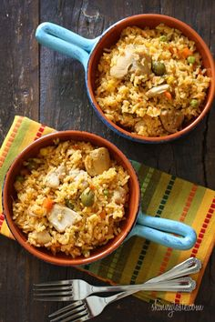 Mom's Spanish chicken and rice, otherwise known as arroz con pollo is a delicious one pot meal the whole family will love. Mom's Spanish chicken and rice, otherwise known as arroz con pollo is a delicious one pot meal the whole family will love. Rice Recipes, Mexican Food Recipes, Chicken Recipes, Dinner Recipes, Cooking Recipes, Healthy Recipes, Easy Recipes, I Love Food, Good Food