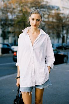 This Awesome oversized white shirt outfit style ideas 12 image is part from 40 Amazing Oversized White Shirt Outfits Style Ideas gallery and article, click read it bellow to see high resolutions quality image and another awesome image ideas. Oversize Look, Oversized White Shirt, Oversized Clothing, Upcycled Clothing, White Shirt Outfits, White Shirts, Big Shirts, Fashion Week, Look Fashion