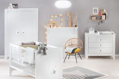 Chambre grise et blanche Poudre d'étoiles Grey And White Room, White Nursery, Nursery Inspiration, Kid Spaces, Kids Bedroom, Baby Room, Bassinet, Toddler Bed, Sweet Home