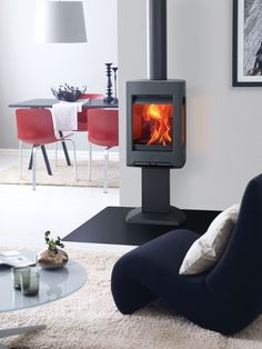 Poêle à Bois Jøtul Le Jotul F 166 est le chouchou des designers d'i. Jøtul Wood stove The Jotul F 166 is the darling of interior designers. It is one of the 9 models in the F 160 range. Into The Woods, Foyers, Wood Burning Fireplace Inserts, Uk Homes, White Enamel, Clean Design, Deco, Modern Interior Design, Home Appliances