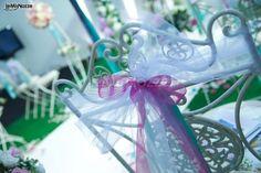 http://www.lemienozze.it/gallerie/foto-fiori-e-allestimenti-matrimonio/img34637.html Decorazione delle sedie per il ricevimento con nastrini rosa e verdi. Colorata wedding idea