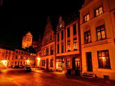 #Wismar am Abend #Strassenfotografie #streetphotography #architecture #Architektur #Hausfassade #Nachtfotografie #Ostsee
