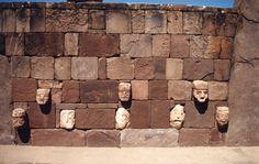***Piedras colocadas a hueso en Tiahuanaco (Bolivia). Observan juntas mínimas y perfectas, habituales en las construcciones prehispánicas americanas.