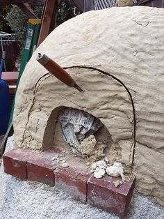 This easy-to-construct, DIY clay oven fires up quickly and stays hot for days. Cook dinner at night and bake bread in the morning with its stored heat. Wood Fired Oven, Wood Fired Pizza, Oven Diy, Clay Oven, Pizza Oven Outdoor, Mother Earth News, Diy Clay, Green Building, Bread Baking