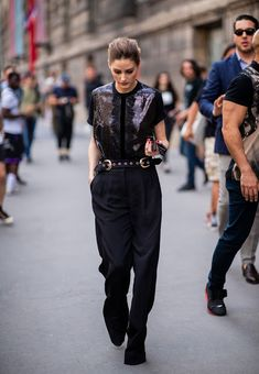 Olivia Palermo wearing black pants and blouse seen outside Elie Saab on day four during Paris Fashion Week Haute Couture on July 4 2018 in Paris. Olivia Palermo Outfit, Estilo Olivia Palermo, Look Olivia Palermo, Olivia Palermo Lookbook, Minimal Outfit, Minimal Fashion, Minimale Kleidung, Neutral Outfit, All Black Outfit