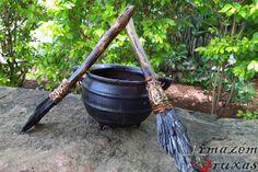 """Vassoura da Bruxa com Cianita Negra  nstrumento Vassoura da Bruxa manufaturado artesanalmente, composto de 01 gema """"Cianita Negra"""", aprisionada em 01 galho natural de madeira, tratado e impermeabilizado."""