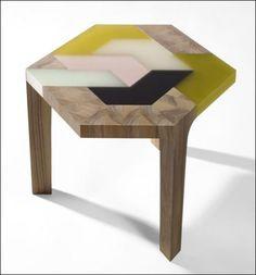 La table basse Mini-Swatch dHella Jongerius La mini-swatch possède un plateau polychrome, réalisé en marqueterie de résine, dont les formes simbriquent comme dans un puzzle.