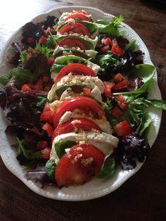 Tomate - Büffelmozzarella auf frischem Pflücksalat  Gemischten Salat, Raucke, Rote Beete, Lollo Rosso, Lollo Bianco, Sauerampfer auf einer Platte anrichten und mit Quittenessig (selbszgemacht ) geht auch Weissweinessig, Salz,Pfeffer, Olivenöl marinieren, Mozzarella und Tomate aufschneiden u. mit Basilikumblätter abwechseln auf den Salat anrichten.. kleingehackter Knobi oben drauf.. Essig u. Öl ... und lecker geniessen <3