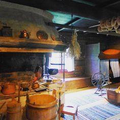 """Talomuseo Glimsin vanha päärakennus on toiminut myös kestikievarina. Talosta löytyy tämän suuren tuvan lisäksi hienosti tapiseerattuja kammareita. Esillä olleeseen vanhaan vieraskirjaan oli tarkasti merkitty kunkin matkamiehen lähtöpaikka ja määränpää. Hämmentävästi osan vieraista lähtöpaikaksi oli merkitty """"Täältä"""". #talomuseoglims #kestikievari #leivinuuni #tupa #räsymatto #museo #espoo"""