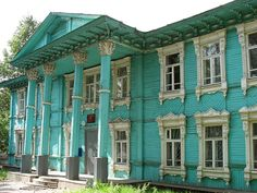 Wow. Large plantation house painted turquoise. Wonder what the original owners would've thought of that!!!