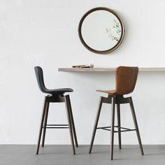 Der runde Wandspiegel aus Mangoholz von Mater wurde nach indischer Tradition von Designer Jean-Francois Merillou in Handarbeit gefertigt.