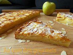 La meilleure recette de Tarte (Moelleux) aux pommes et aux amandes.! L'essayer, c'est l'adopter! 5.0/5 (6 votes), 14 Commentaires. Ingrédients: 4 pommes,4 oeufs,1/2 sachet de levure chimique,1 sachet de sucre vanillé ,70gr de sucre,130gr de farine,60g de poudre d'amande,50g de beurre ,15cl de lait,des amandes effilées,1caf d'essence d'amandes amères ( facultatif)