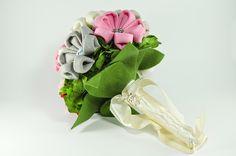 1950 Bouquet. Elaborado con veinte flores Kanzashi y centro de botones, se entremezclan con flores naturales preservadas, formando un ramo de cerca de cuarenta centímetros de diámetro. El mango, forrado en lazo de raso amarillo y adornado con tres alfileres acabados en perla.