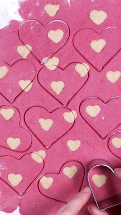 Quick and easy Valentine's Day cookie recipe . Long live hearts and long live love! Valentine's Day is Valentines Day Cookie Recipe, Valentines Food, Cocoa Cookies, Galletas Cookies, Vegan Shortbread, Shortbread Cookies, Biscuits Au Cacao, Biscuits Faciles, Cookie Recipes