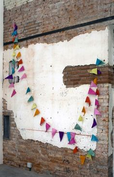 flags and brick wall photo booth Diy Fest, Bunting Garland, Buntings, Felt Bunting, Paper Bunting, Garland Ideas, Partys, Home And Deco, Summer Parties