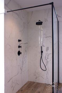 Moderne maatwerk badkamer met marmer-look wandtegels en hout-look vloertegels. Zazzeri mat zwarte inbouw doucheset met regendouche. Maatwerk douchewand met mat zwarte omlijsting. #excellencebadkamers #delft #badkamer #zwart #zazzeri