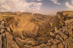 Rude et rocailleuse, la montagne reprend ses droits au djebel Shams, point culminant d'Oman (3 075 mètres). On reste interdit devant le spectacle du grand canyon Wadi Nakh.