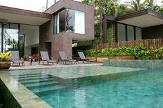 piscina revestida com pedra hijau e hitam