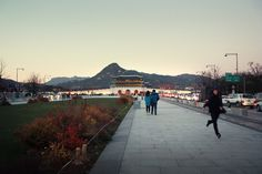 kiwiaddict: Gyeongbokgung Palace - the biggest of the palaces in Seoul The first time we got there, it was 5pm and it had just closed -____-