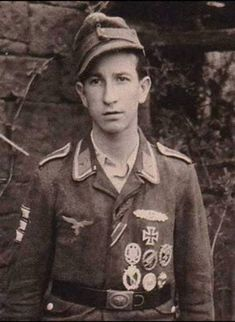 Note this Unteroffizier has been very active in both the Luftwaffe (airforce) and Heer (army) as we can see from his awards Luftwaffe, Paratrooper, Narvik, Ww2 Uniforms, German Uniforms, Ww2 Pictures, Ww2 Photos, German Soldiers Ww2, German Army