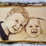 Pirográffal készített portré gyermekekről. Wood Gifts, Pyrography, Edm, Frame, Home Decor, Wooden Gifts, Picture Frame, Decoration Home, Room Decor