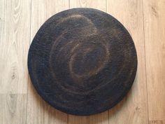 Verso da peça dupla face postada (redonda com azulejos), craquelê negro com espiral dourada. By MiLuz!