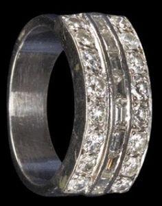 Elvis wedding ring ( 1967 ) Now in display at Graceland.