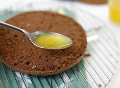 Siropul transformă orice blat în unul mult mai moale, aromat și delicios. Din blaturi însiropate puteți pregăti atât torturi, cât și rulade sau prăjituri. Vă prezentăm mai jos 13 siropuri, ce se prepară uimito de simplu și rapid. Alegeți rețeta preferată și bucurași-i pe cei dragi cu cele mai delicioase prăjituri de casă. Rețeta Nr.1 – Sirop de ciocolată INGREDIENTE -100 g de unt -1 lingură pudră de cacao -0.5 cutie de lapte condensat Notă:VeziMăsurarea ingredientelor MOD DE PREPARARE 1… Cream Frosting, Panna Cotta, Pudding, Fruit, Cooking, Breakfast, Ethnic Recipes, Food, Dressings