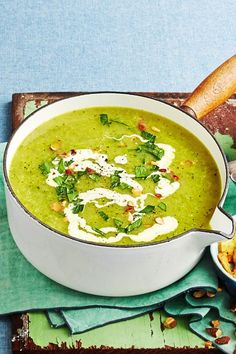 Potato and broccoli soup for a mini budget- Kartoffel-Brokkoli-Suppe fürs Minibudget The tuber is accompanied by bright green broccoli and mixes the broth neatly. Easy Soup Recipes, Healthy Dinner Recipes, Vegetarian Recipes, Paleo Food, Vegetarian Cooking, Veggie Food, Paleo Diet, Cooking On A Budget, Budget Meals