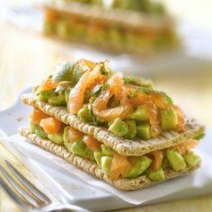 Recette de Mille-feuille de Cracotte® au saumon fumé et  tartare d'avocat au citron vert