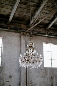 Crystal chandelier styled shoot www.princesswedding.it ph.Paola Colleoni