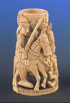 Museum Volkenkunde, LeidenOp dit ivoren zoutvat zijn twee Europeanen te paard afgebeeld. Bini kunstenaars maakten dergelijke zoutvaten voor Portugese opdrachtgevers. De Portugezen domineerden de handel in ivoor, slaven en peper totdat de Nederlanders die in de loop van de zestiende eeuw overnamen.